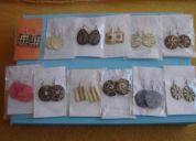 Aros de nácar,  coral, abalón resina y hueso, a $ 2.000 (el par)