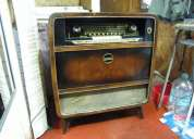 Radio antigua con tocadisco