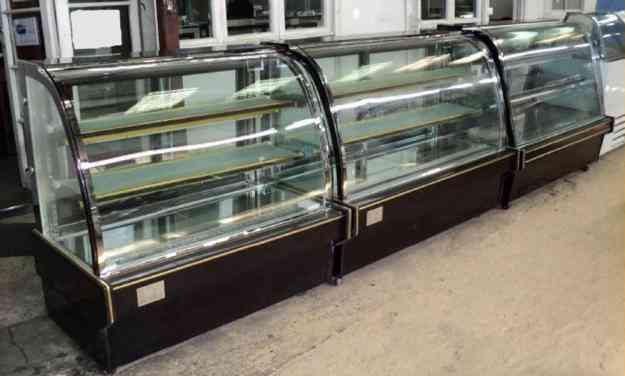 Vitrina pastelera vidrio curvo cubierta marmol negro la for Cubiertas de marmol chile
