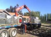 Fletes de camiones planos equipados con gruas plumas.
