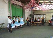 hombres bailarines y musicos