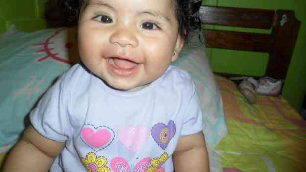 Bebita hermosa para comerciales de pañales o de bebes.