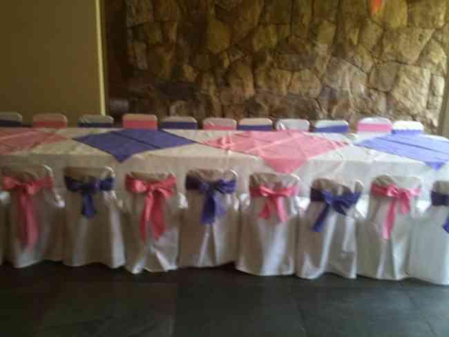 mesas y sillas con funda lazo y mantel adultos y niños para todo tipo de evento